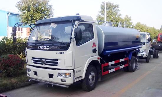 东风多利卡7-9吨洒水车