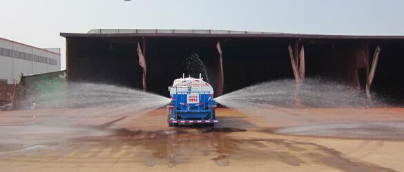 洒水车侧面喷洒工作图片