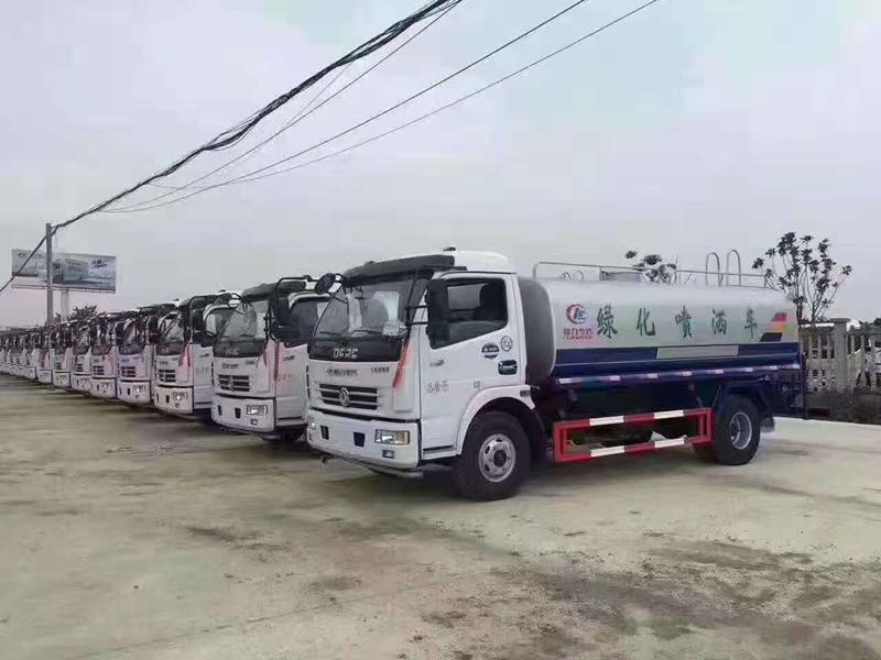 客户订购东风多利卡10吨洒水车批量发车